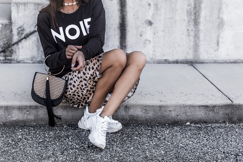 trendy fashion leopard print skirt with chunky sneakers outfit