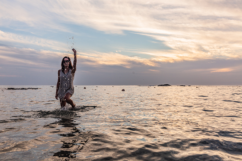 minimalist blogger playing in the sea